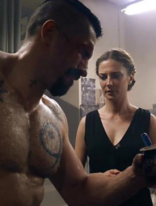 Теди Духовникова и Скот Адкинс във филма Undisputed