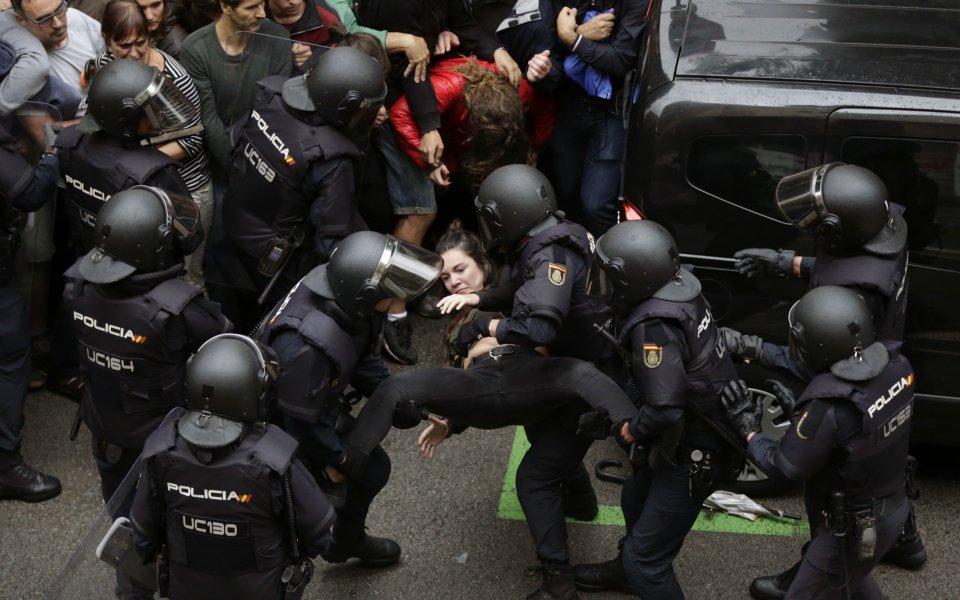Бивш испански национал насилствено спрян да гласува на референдума