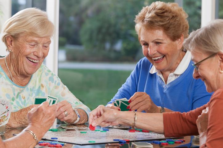 Усмивката удължава живота Хората, които се усмихват често, живеят по-дълго от тъжните и сърдити индивиди. Това се обяснява със способността на усмивката да стимулира имунната система, повишавайки нивата на хормона кортизол.