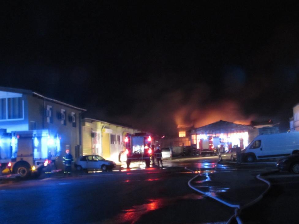 - Голям пожар избухна тази нощ в Русе. Горели са складове и производствени помещения, автосервиз и дърводелски цех. Борбата за овладяване на огъня...