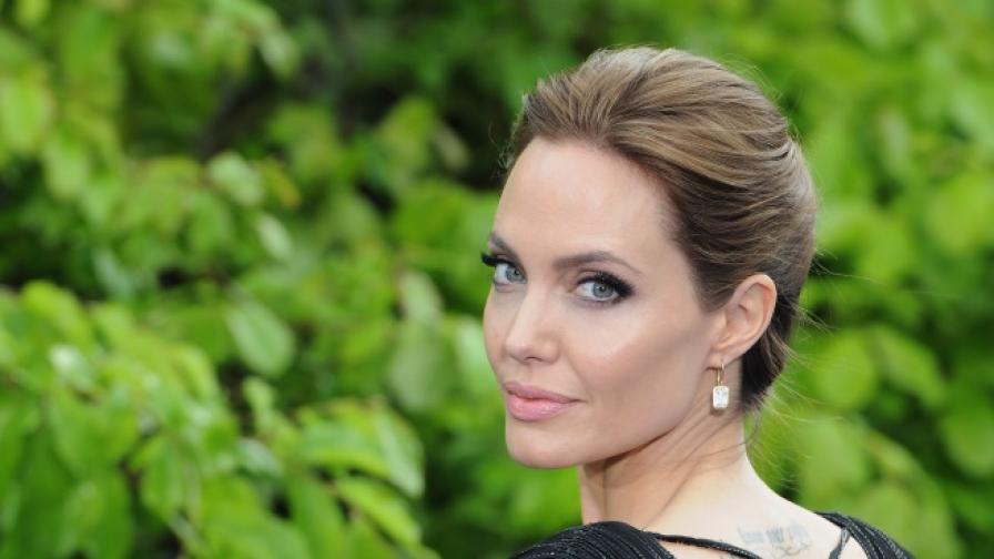 Анджелина Джоли е сред жертвите на продуцента Харви Уайнстийн