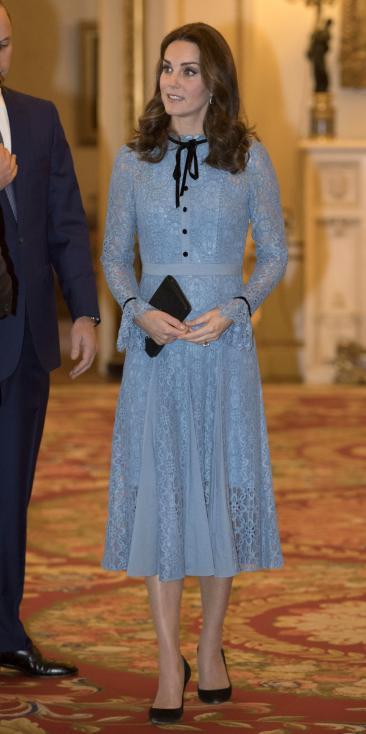- Херцогинята на Кеймбридж присъства на прием в Бъкингамския дворец по случай Световния ден на психичното здраве. Кейт беше в компанията на съпруга си...