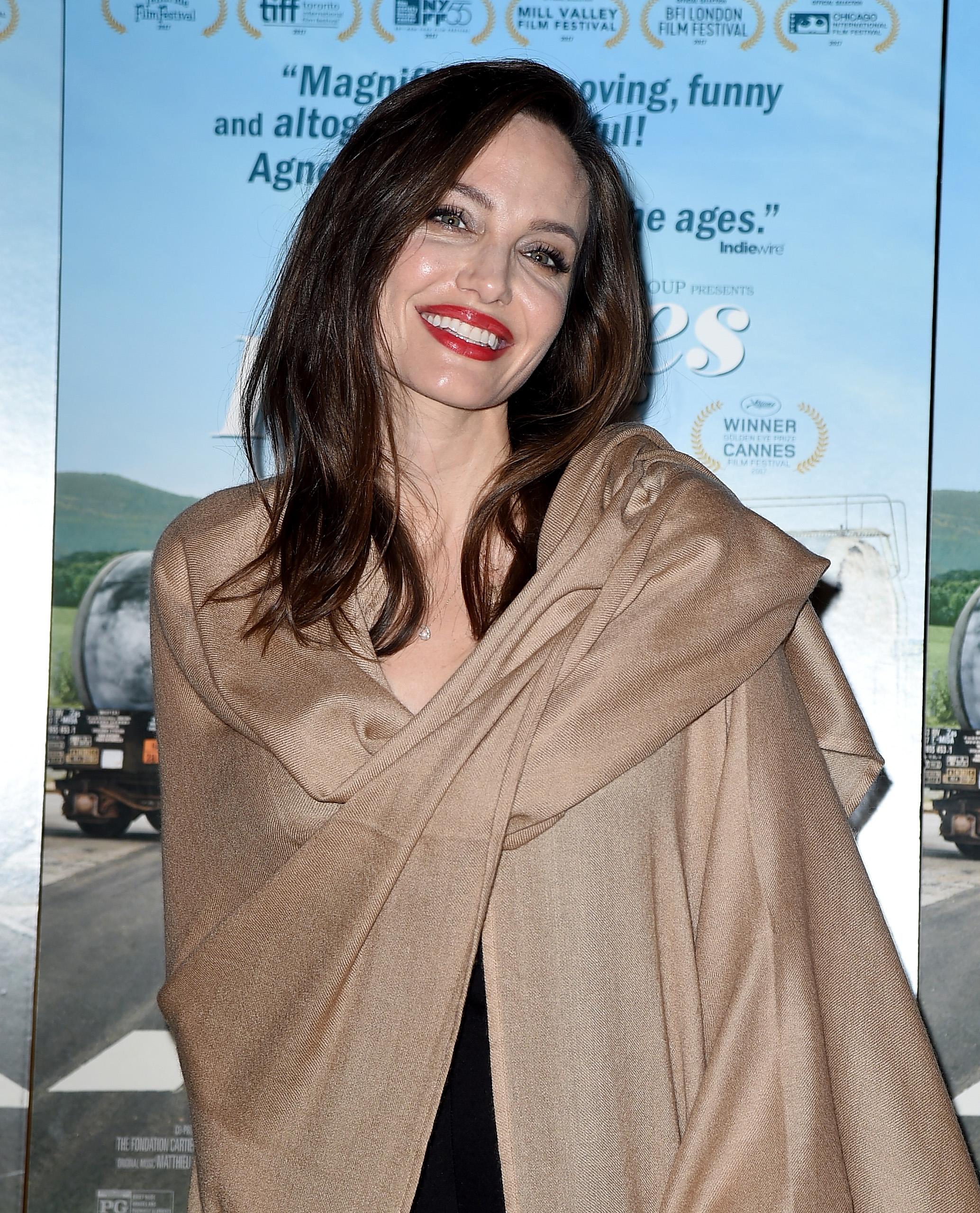 """Анджелина Джоли се появи с нова и освежена прическа на премиерата на документалния филмFaces Places.Модното списание""""Вог""""пише, че новата подкъсена прическа на Джоли е от онези, които с времето стават все по-добре.<br /> Леко начупена в краищата и с дължина малко под раменете, новата прическа подхожда идеално на цялостната визия на актрисата."""