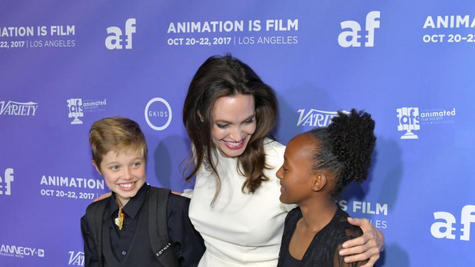 Като ден и нощ: Анджелина Джоли на червения килим с двете си дъщери