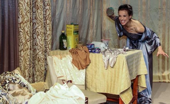 """Яна Маринова като Виктория в спектакъла """"Глас"""""""