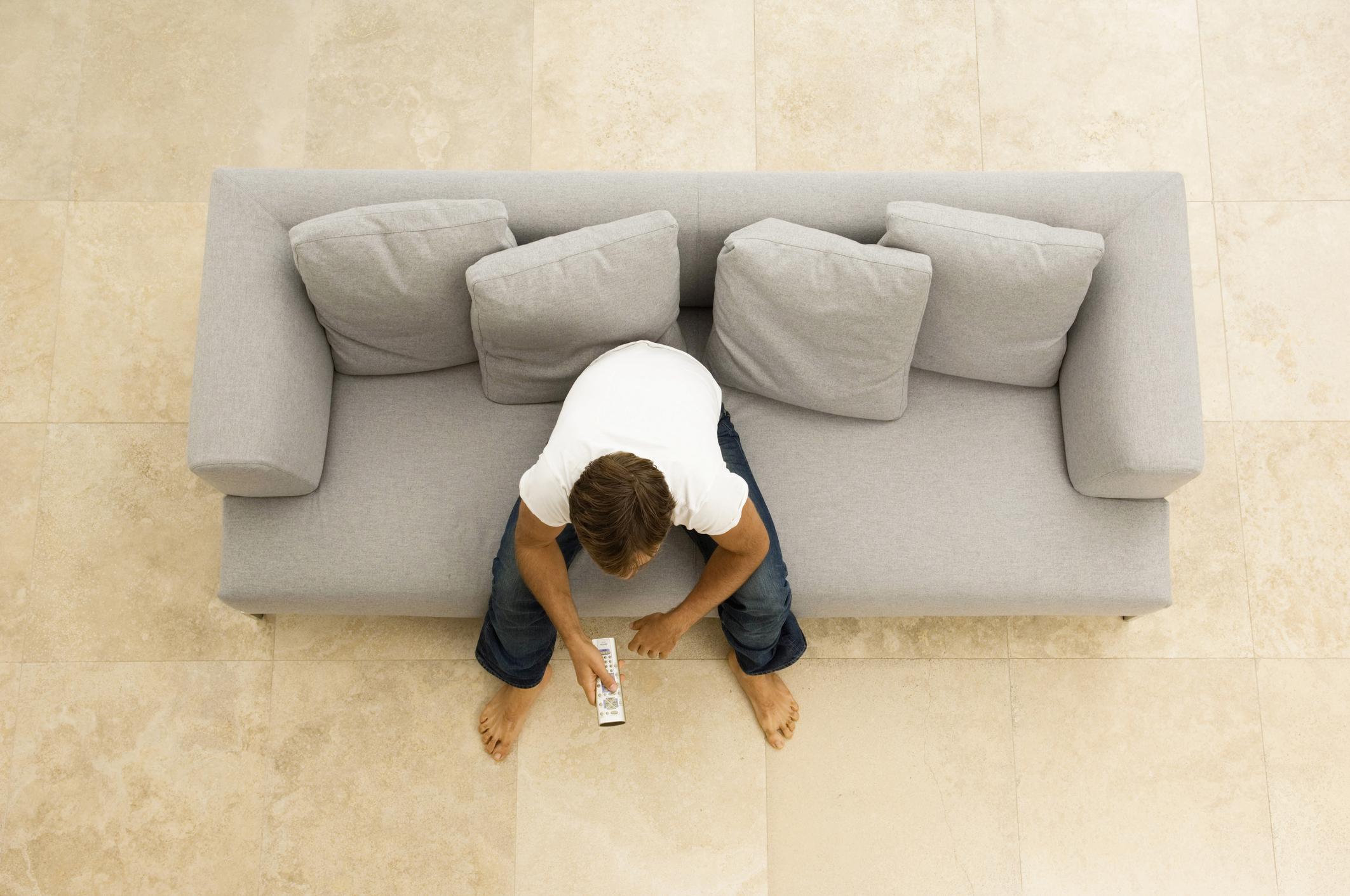 Ако имате повече пространство в стаята си, не слагайте мебелите залепени до стената. Разположете диваните в средата на стаята, поставете ги странично. Може да създадете две отделни пространства в стаята. Същото важи за шкафовете или бюфетите.