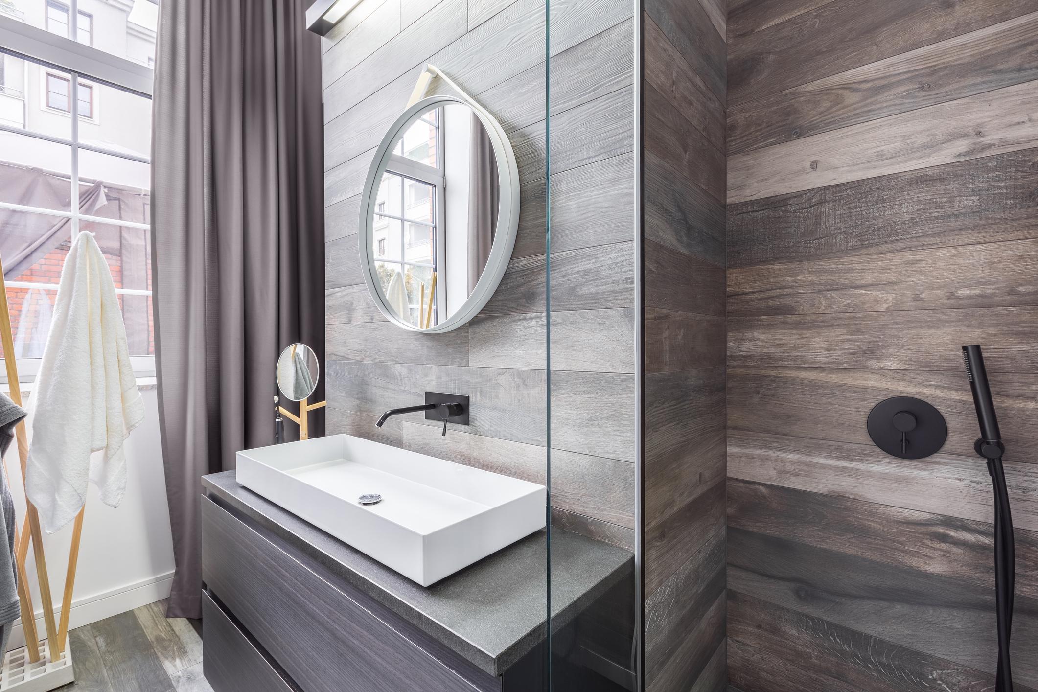 Стандартните плочки и фуги са определено стереотип за почти всеки дом. Вече има плочки за баня, които далеч не приличат на такива. Те имитират дърво, мрамор, ако не може да си позволите истински. Изненадващо и странно е, когато влезете в баня, в която стените са сякаш от дърво. Пробвайте, няма да сгрешите.