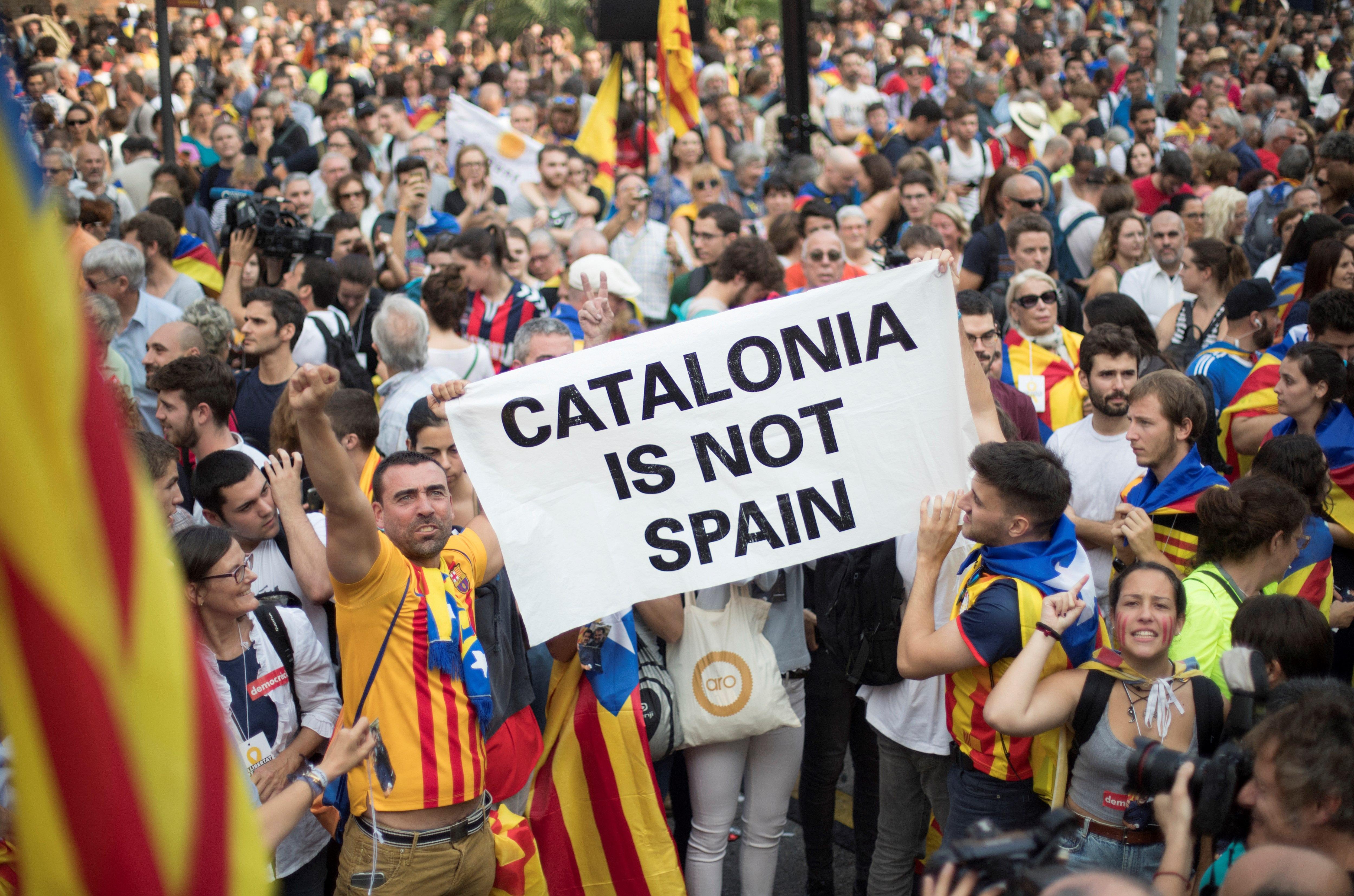"""Днес регионалният парламент на Каталуния одобри обявяването на независимост от Испания с тайно гласуване. """"Установяваме Каталунската република, независима и суверенна държава под върховенството на закона"""", гласи текста на гласуваната резолюция. Испания веднага отвърна с прилагането на член 155 от Конституцията, с който се отнема автономията на областта. Междувременно хиляди хора по улиците на Барселона празнуваха акта за независимост на Каталуния."""