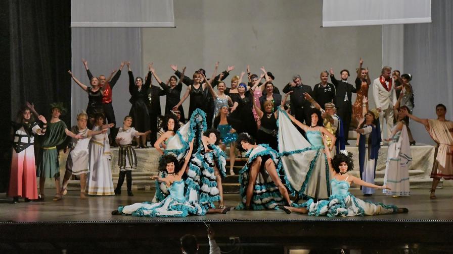"С 5-килограмови костюми канкан танцува адският балет в ""Орфей в ада"""