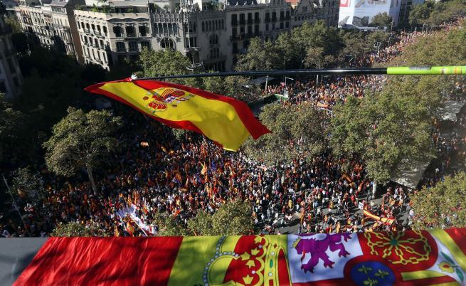 Вижте огромния протест в Барселона, Каталуния се разцепи