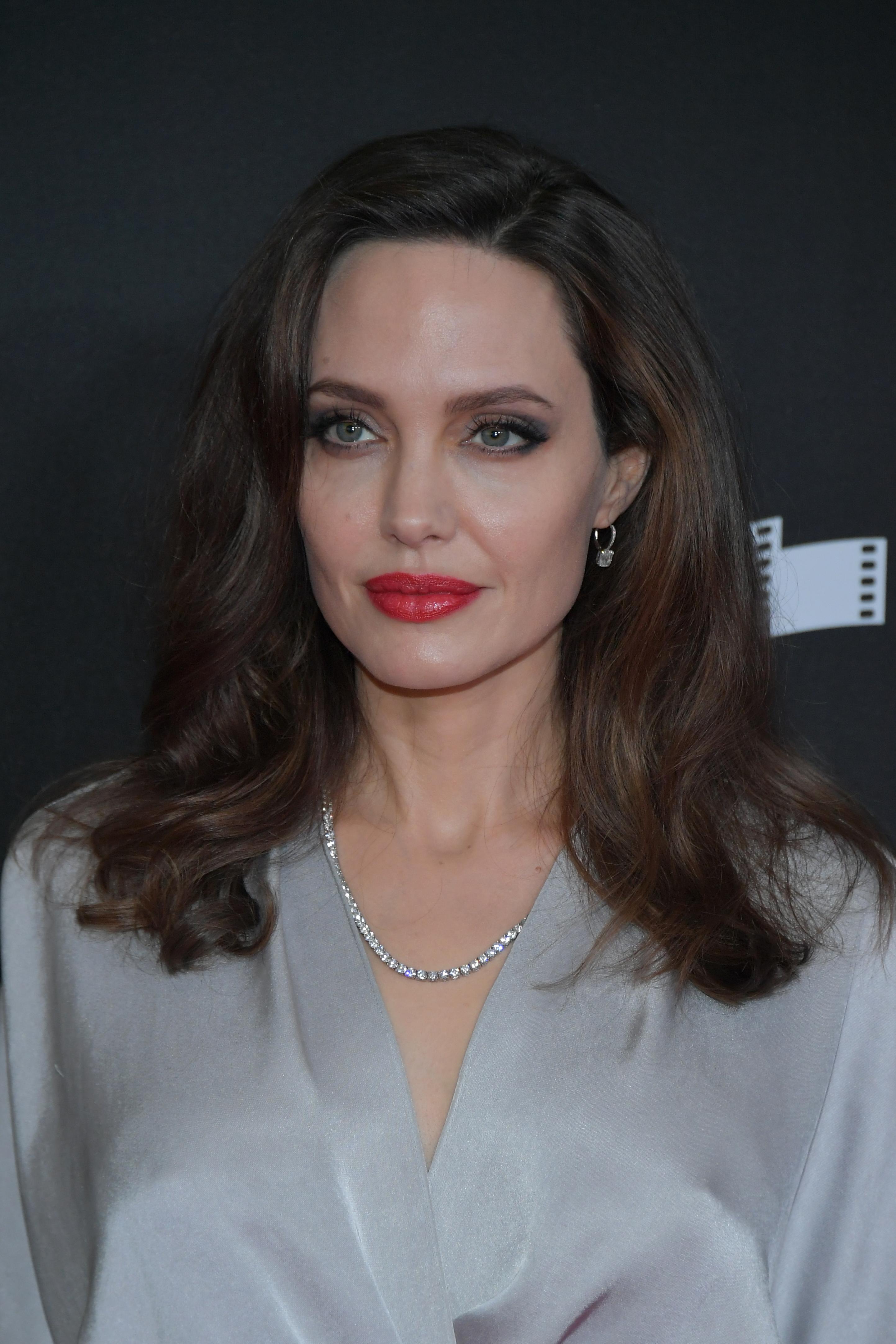 Анджелина Джоли се подлага на двойна мастектомия и отстранява репродуктивните си органи. След направени генетични изследвания става ясно, че вероятността тя да се разболее от рак на гърдата или матката е 87%. Майката на звездата умира от рак на гърдата.