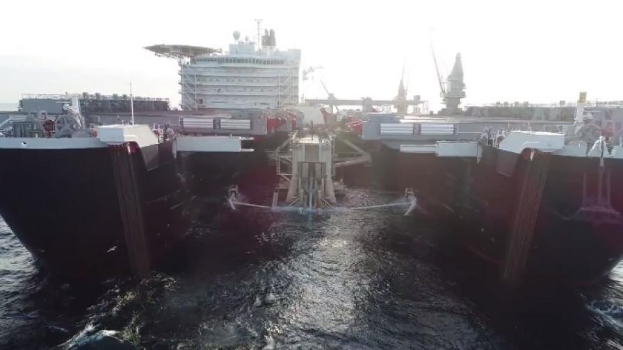 Уникален кораб полага тръбите за газ под Черно море