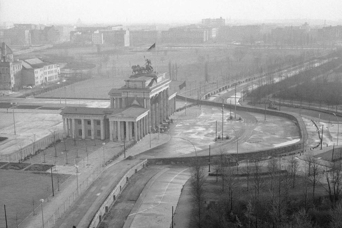 Гледка от покрива на стария Райхстаг, стената около Брандербургската врата