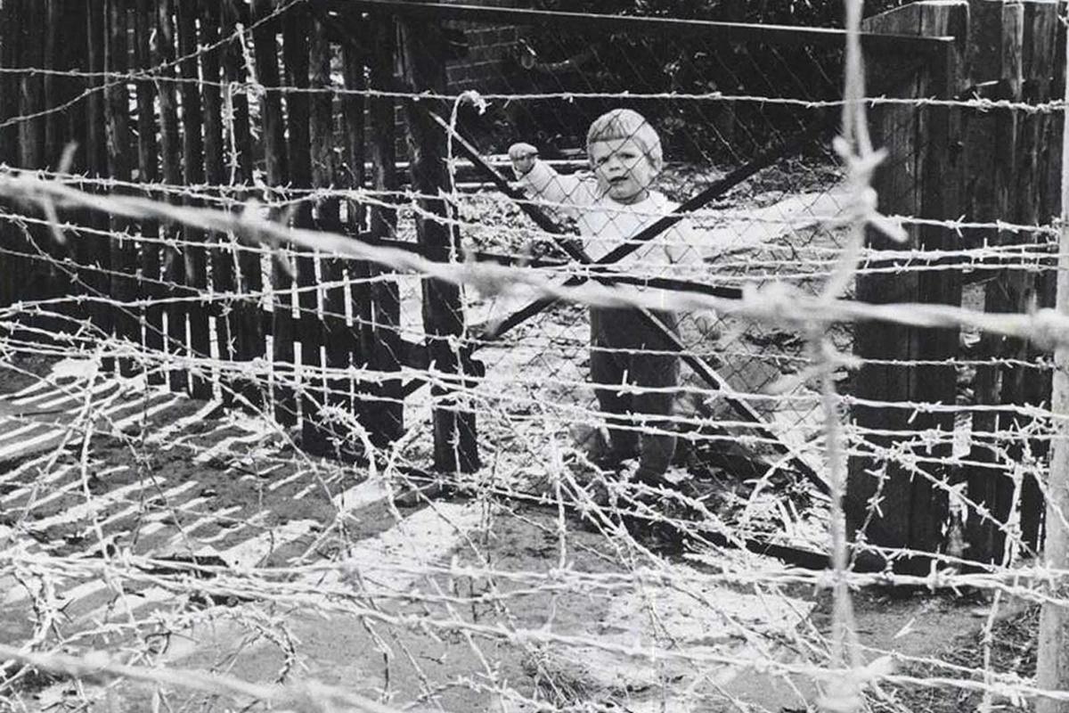 Октомври 1961 г., малко момиченце гледа през бодливата тел, разделяща Берлин.