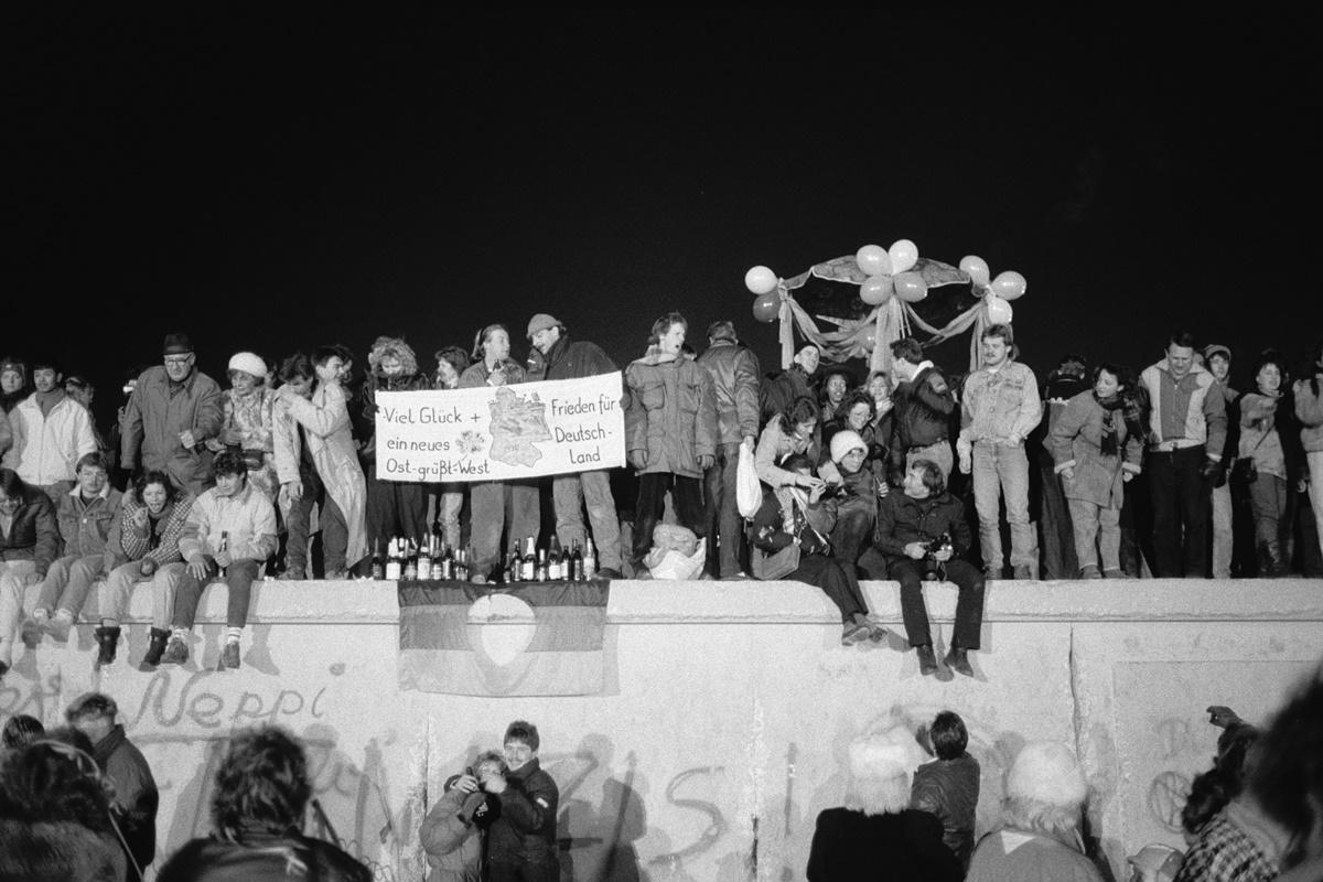 Празненство върху Берлинската стена