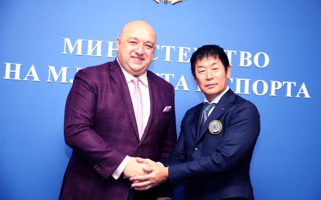Министър Кралев с шефа на ФИГ Моринари Ватанабе източник: ММС