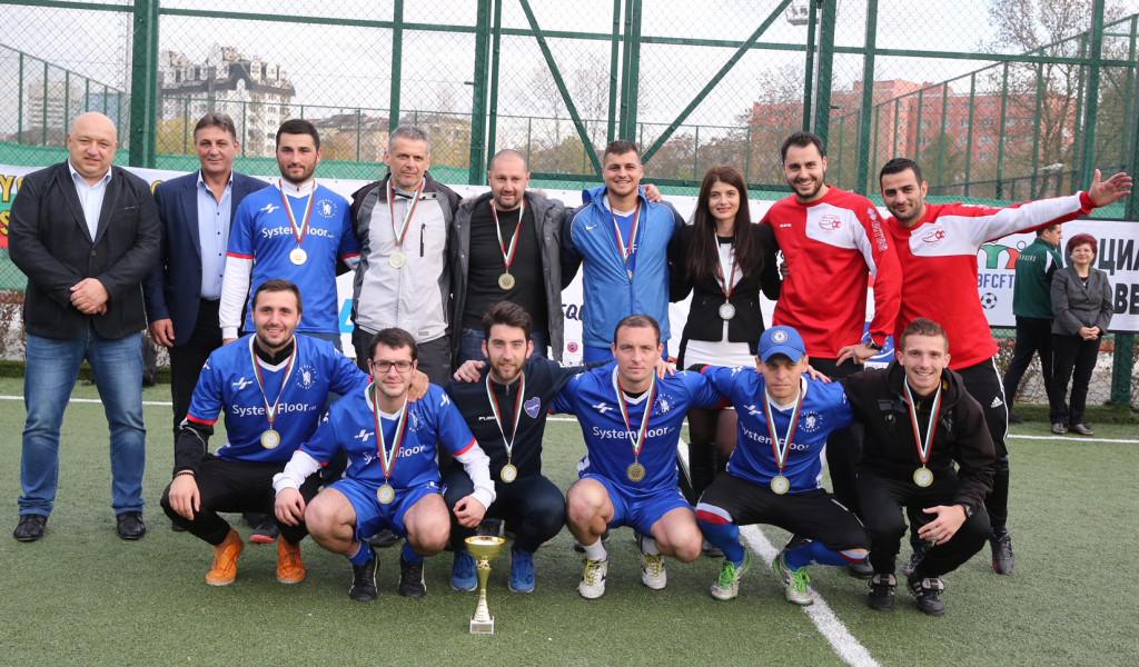 Министър Кралев връчи купата на шампионите в благотворителен футболен турнир на феновете<strong> източник: ММС - Пресцентър</strong>