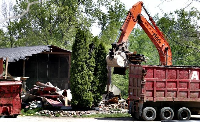 При част от разследването по случая на Хофа през 2006 г. властите събарят конюшня в Милфорд, Мичиган, но не откриват нищо.