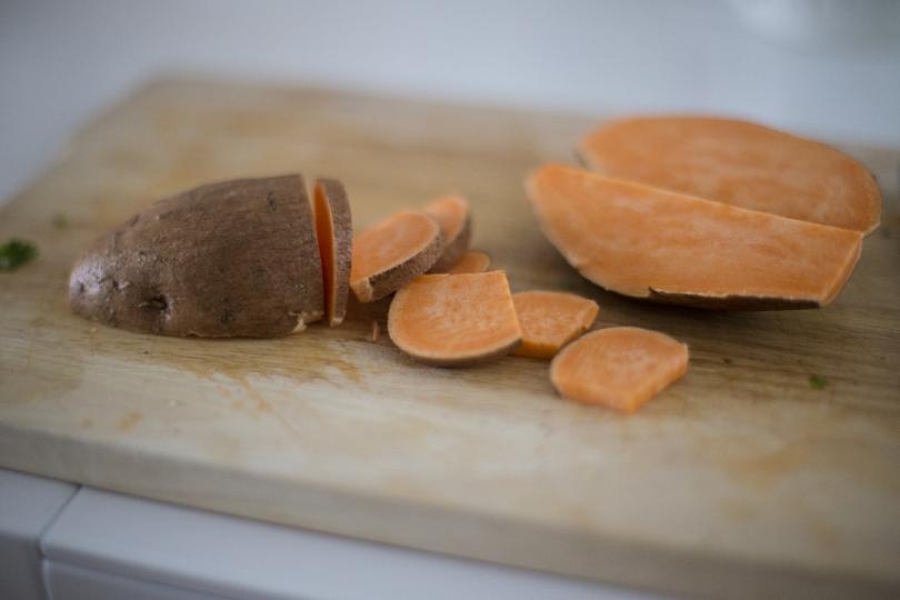 <p>В килера ви винаги трябва да има място за тези оранжеви кореноплодни зеленчуци – сладките картофи. Те насърчават ускоряването на метаболизма, съдържат около 27 грама въглехидрати и засищат желанието не само за храна, но и специално за сладки (захарни) изделия. Освен това нямат мазнини и имат по-малко калории от белите картофи.</p>  <p></p>
