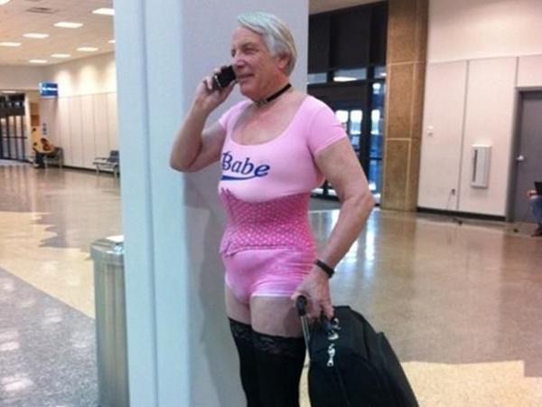 """- """"Здравей, скъпа, мисля, че сме объркали куфарите си""""."""