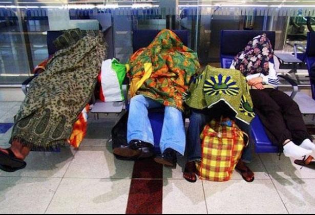 Единственият начин да се наспиш на летище е...като заровиш главата си в одеяло.