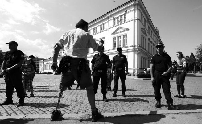 Инвалид с ампутиран крак протестира пред Народното събрание