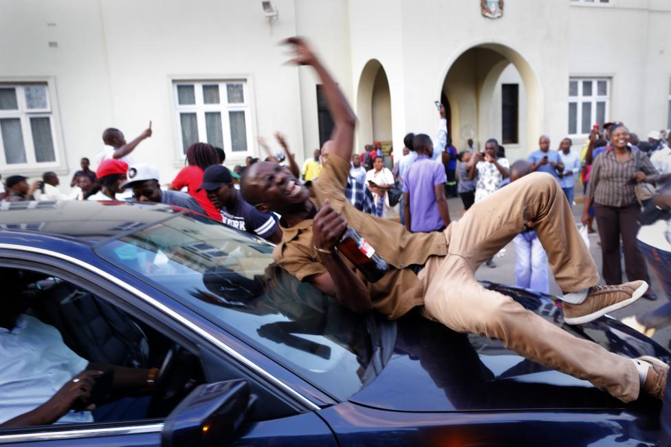 - Изненадващото съобщение прекрати изслушването в парламента, започнало срещу президента Робърт Мугабе. Депутатите реагираха на новината с радостни...