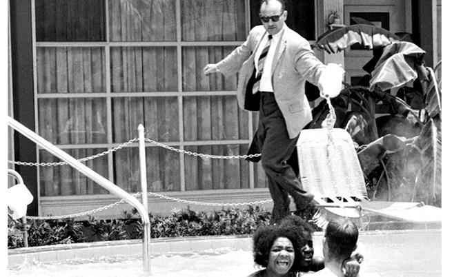 1964: Хотелиер изсипва киселина в басейн с плуващи тъмнокожи
