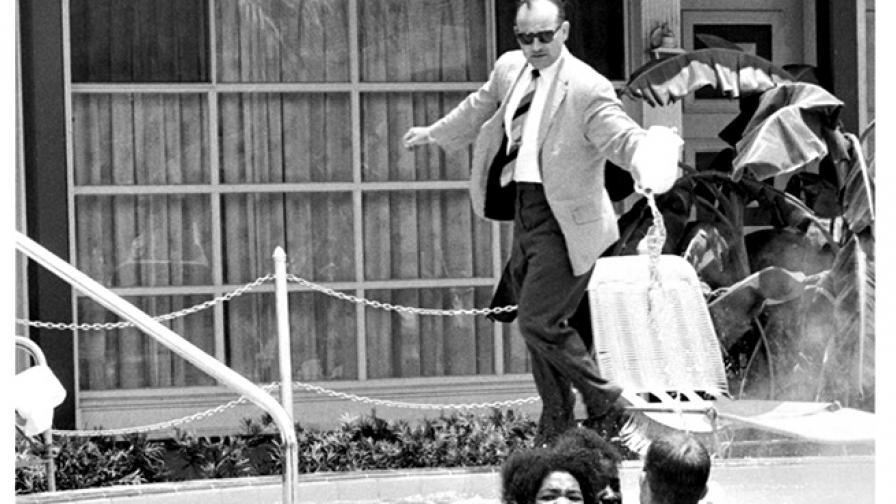1964: Мъж изсипва киселина в басейн с тъмнокожи