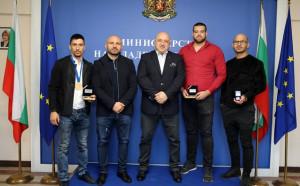 Министър Кралев връчи почетни медали на световните шампиони по ММА