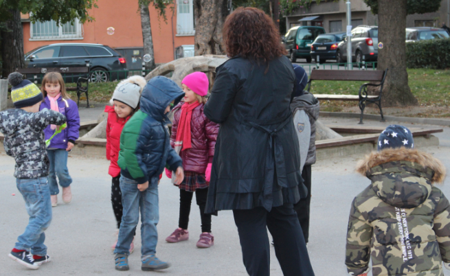 Дарителката на УНИЦЕФ Нели Георгиева посещава детска площадка, където Мартин играе със своите връстници. Източник: УНИЦЕФ България