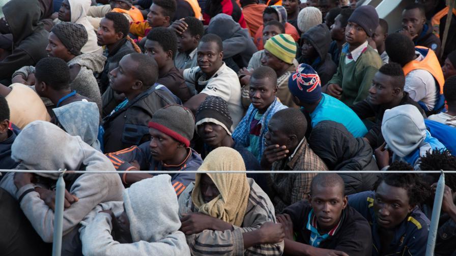 Мигранти, спасени от либийската брегова охрана при опит да пресекат Средиземно море
