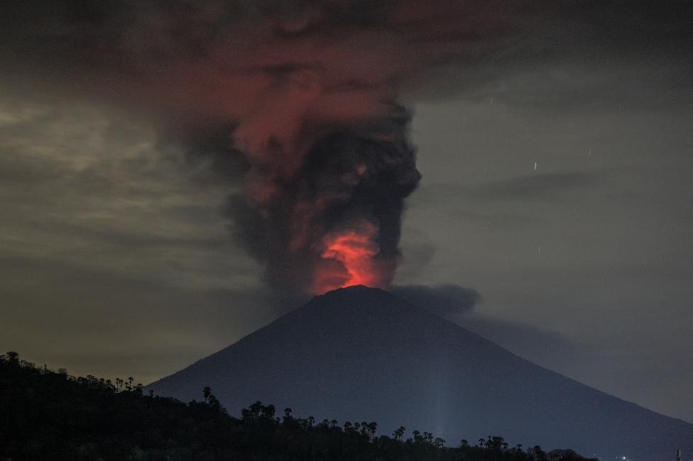 - Дим от пепел на височина 3400 метра се издига над известния с райските си плажове остров Бали, който е любимо място за почивка на заможните туристи...