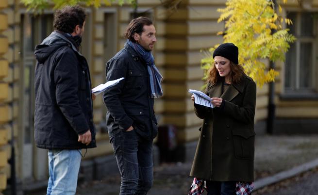 Между кои актьори се развива любовното действие във филма?