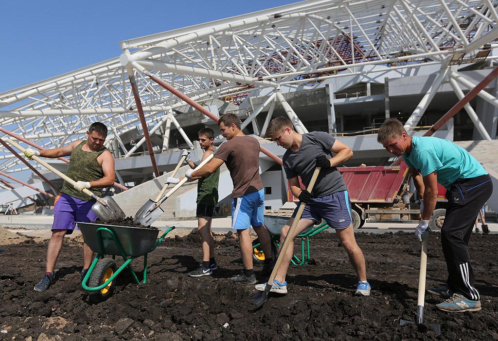 """""""Космос Арена"""", Самара. Първоначалната идея е била той да бъде изграден на един от островите на река Волга. Но тъй като не съществува мост, който да го свързва със сушата, е избрано друго място. Въпреки протестите на местното население, площта на спортното съоръжение с 44 000 места непрекъснато нараства: от 27 хектара се стига до сегашните 930 хектара."""