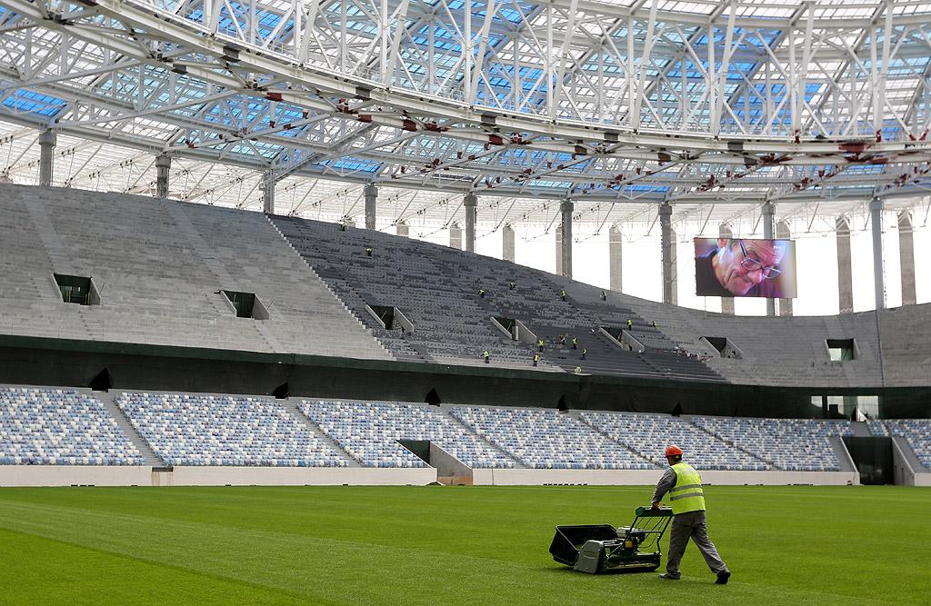 """Стадион """"Нижни Новгород"""". Това съоръжение е едно от деветте, които са изградени специално за Световното първенство. Стадионът се намира недалеч от мястото, където се събират реките Волга и Ока. Тук ще се играят мачове от груповата фаза, една среща от осминафиналите и една от четвъртфиналите."""