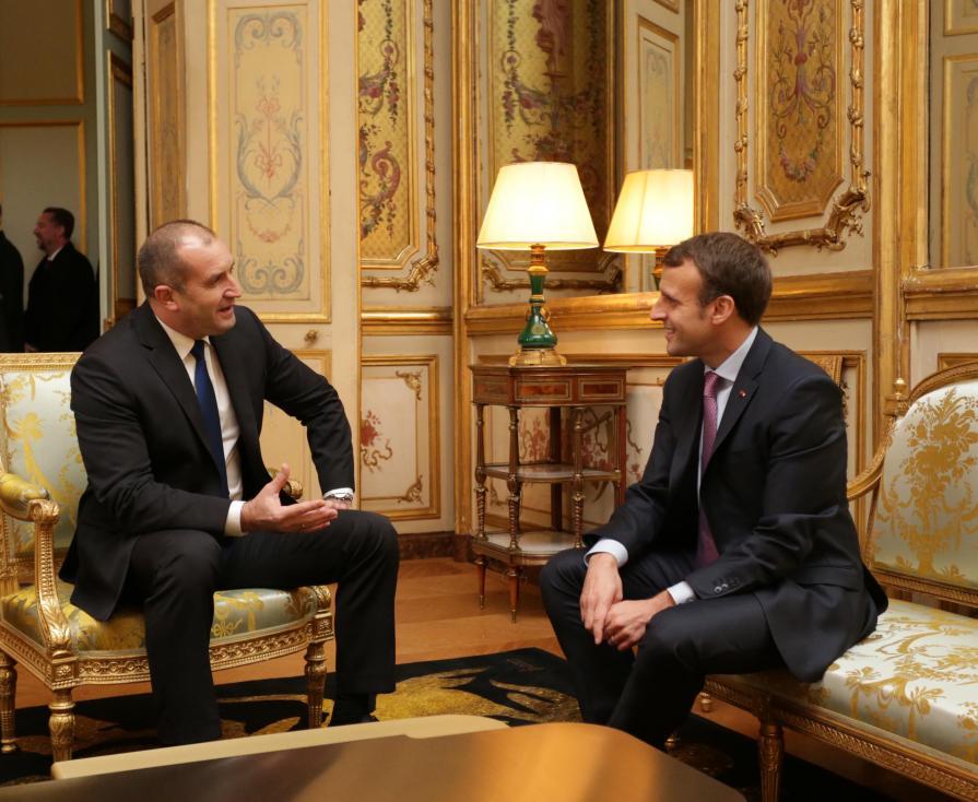 - При визитата си във Франция Радев бе официално приет в Елисейския дворец