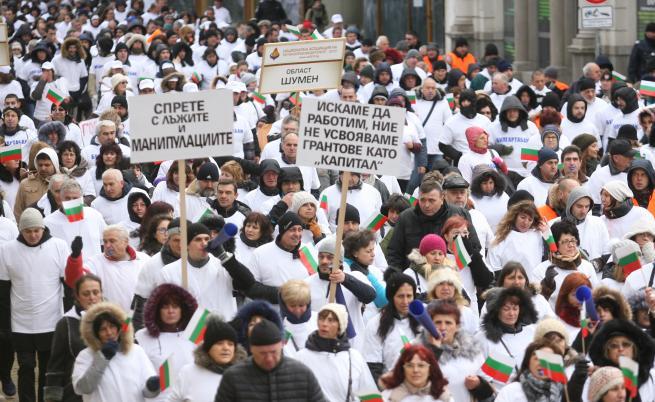 Стотици служители на Булгартабак протестират: Не сме контрабандисти