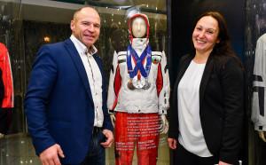 Евгения Раданова показа олимпийските си медали и екипировка на Марк Жирардели