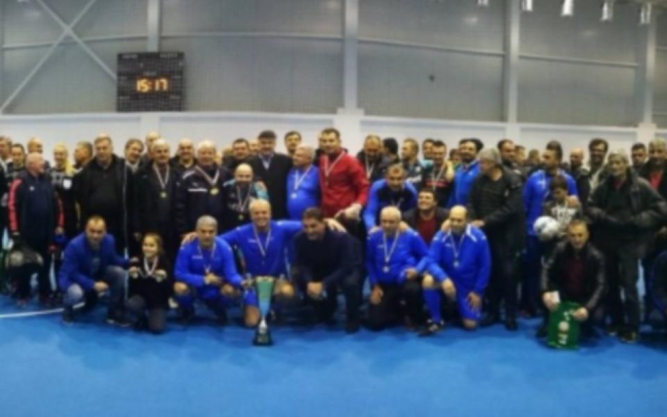 Президентът Михайлов награди победителя в първия Коледен турнир за ветерани на БФС