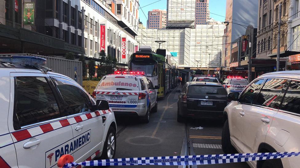 """- Автомобил се вряза в група пешеходци близо до гара """"Флиндър стрийт"""" в австралийския град Мелбърн. По първоначални данни са ранени поне 15 души, сред..."""