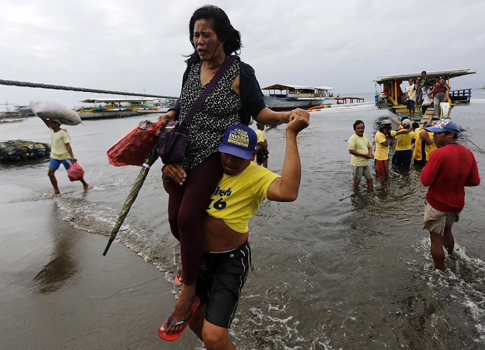 - Пътнически ферибот с 258 души на борда потъна край бреговете на Филипините. Жертвите са най-малко 4 души, а 88 са изчезнали, предаде Асошиейтед прес.
