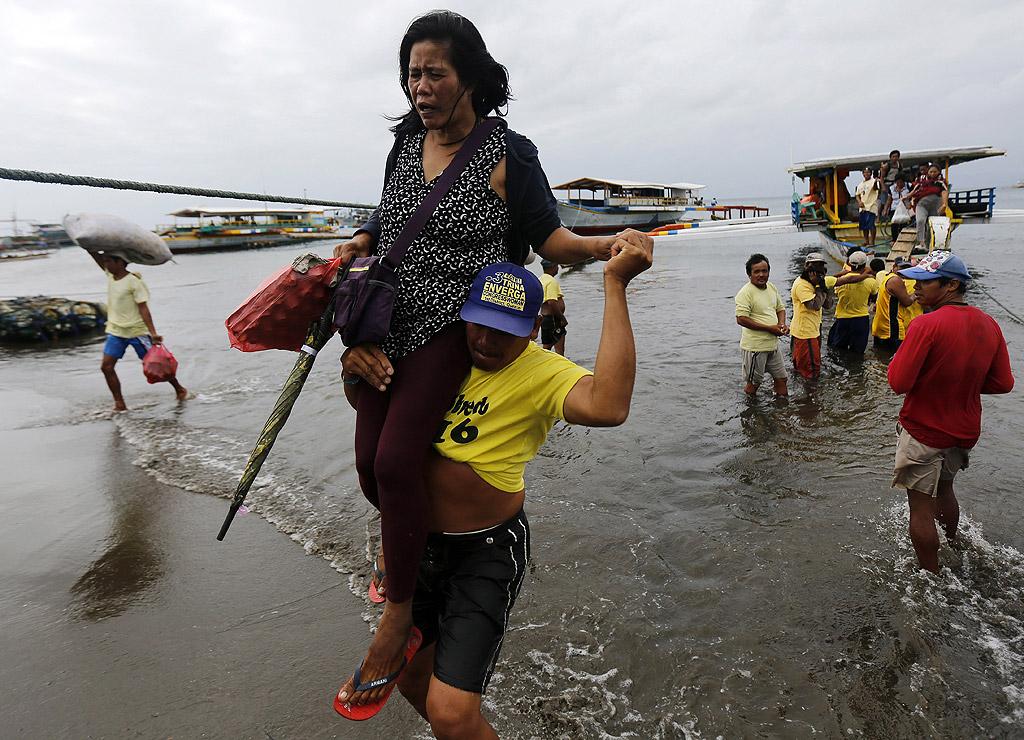 Пътнически ферибот с 258 души на борда потъна край бреговете на Филипините. Жертвите са най-малко 4 души, а 88 са изчезнали, предаде Асошиейтед прес.