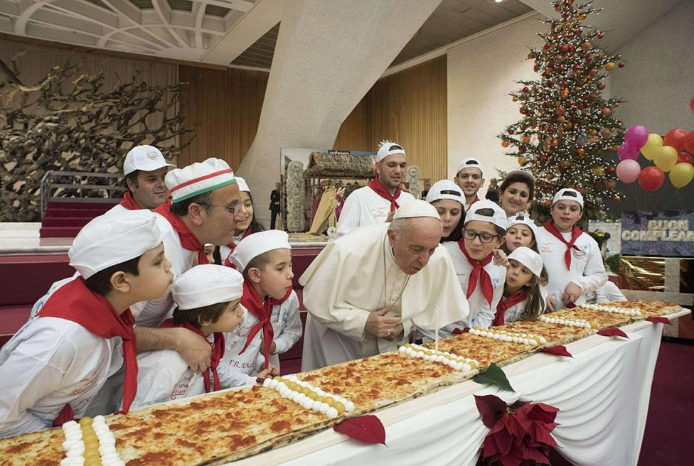 - Снимка от рождения ден на папа Франциск във Ватикана. На 17 декември папата навърши 81 г.