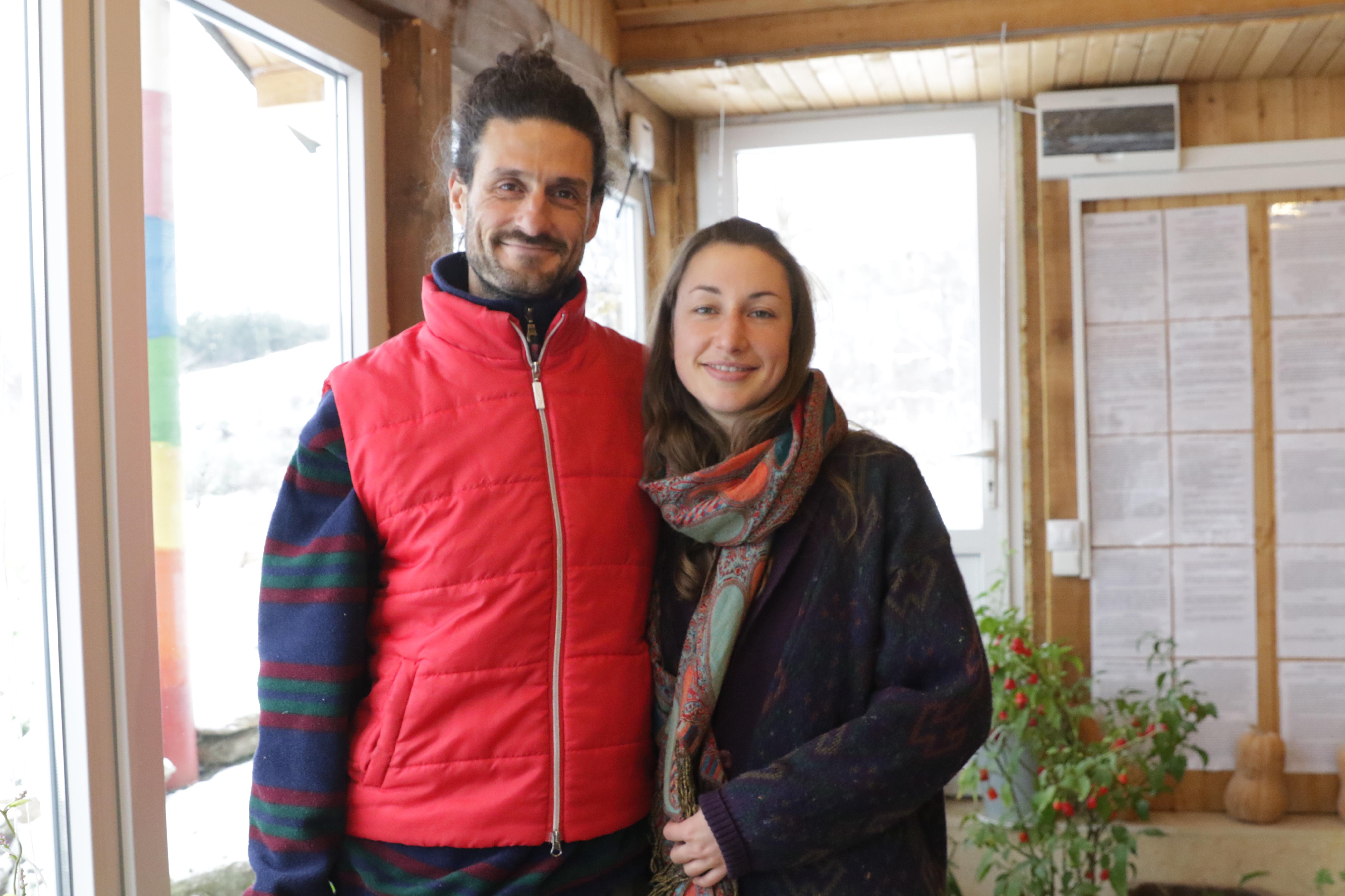 В момента Филип консултира още 12 общности в страната и живее с приятелката си Барбара, която преди 2 години пристига от Австрия до България с колело.