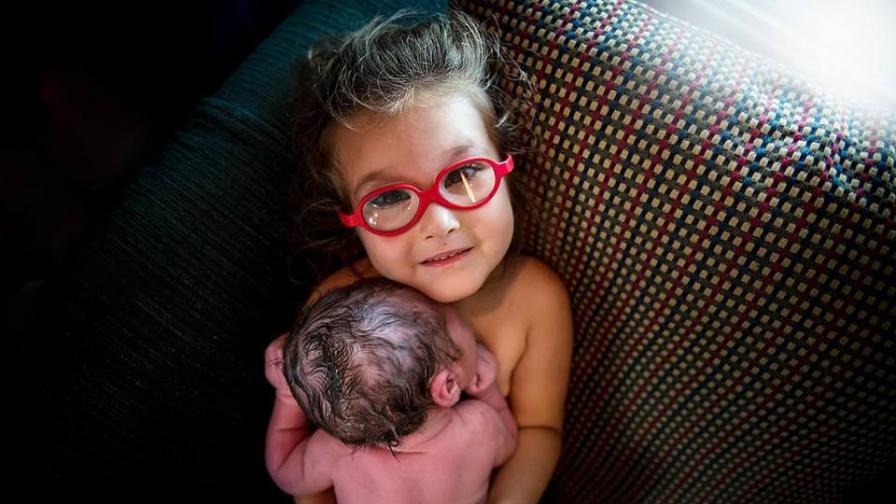 3-годишно момиче помогна за израждането на братчето си