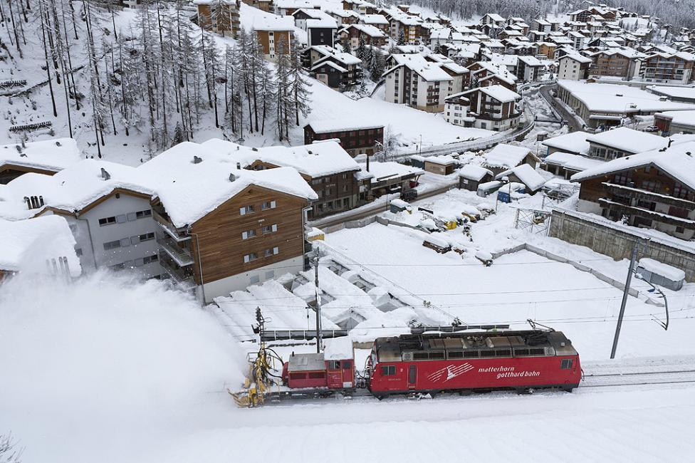 - Влак снегорин достига курорта