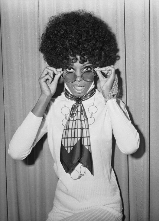 """- Американската певица, актриса и музикален продуцент става известна през 60-те години на миналия век с участието си в групата """"Сюпримс"""" (The Supremes)..."""