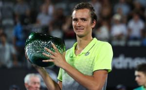 Медведев триумфира в битката на младите за трофея в Сидни