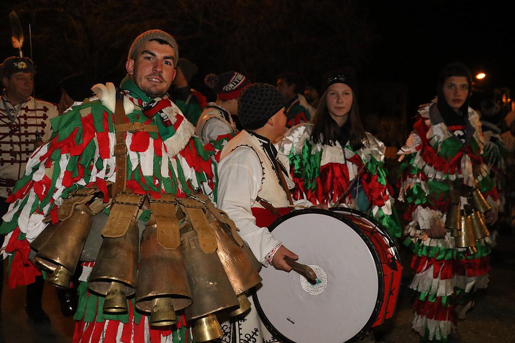 Вълшебна нощ изживяха жителите на десетки села в Пернишко, Радомирско, Земенско и Ковачевско. По хилядолетна традиция, както всяка година в нощта на 13 срещу 14 януари, магията на Сурва събра врекли се в традицията маскирани и стотици очаровани от духа на този празник. Запалени факли озариха нощта, лумнаха огньовете, които изгориха всяко зло. Проглушителен звън от хиляди звонци, хлопотари и чанове и страховити маски уплашиха лошотията.